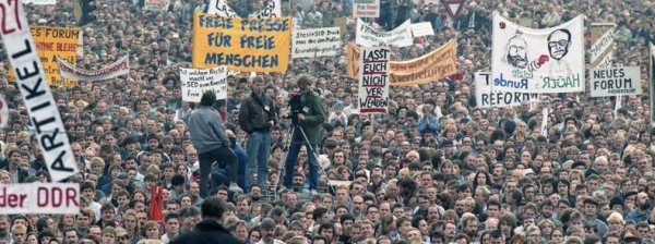 Hauptfoto: File:Berlin Demonstration im November 1989.jpg