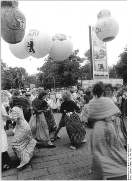 File:Bild 183-1987-0612-007 ND Pressefest Historische Personen.jpg